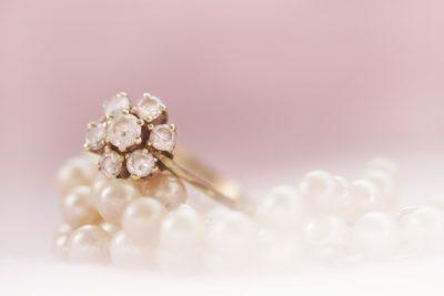 ダイアナ妃のプライベートアクセサリーをメーガン妃が着用。ロマンチックな王子からのプレゼント!