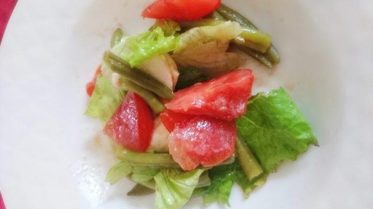 食欲そそる「栄養満点★トマトとチキンの彩りイタリアンサラダ」野菜×鶏肉×オリーブオイル×酢×チーズ